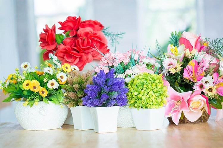 dekorasi bunga plastik di dinding